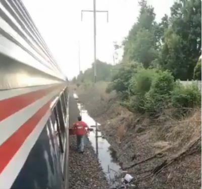 ٹرین خراب ہونے پر مسافر نے پیزے کا آرڈر دے دیا