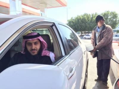 سعودی عرب، گاڑیوں میں ایندھن بھرواتے ہوئے موبائل فون کے استعمال پر پابندی