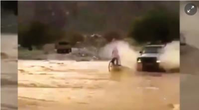 غریب سائیکل سوار پر کار سے پانی کے چھینٹے گرانے والا اومانی شہری گرفتار
