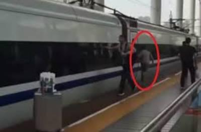 چینی لڑکے نے دروازے میں پھنسی انگلی ٹرین کی رفتار سے بھاگ کر کٹنے سے بچا لی