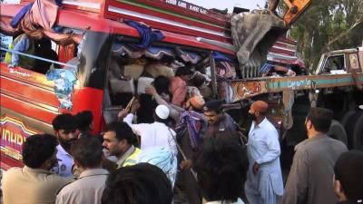 صادق آباد :روشن بھیٹ کے قریب مسافر بس اور ٹریلر میں تصادم، متعدد شدید زخمی