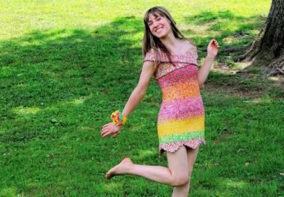 خاتون نے 10 ہزار کینڈیز کے رائپرز سے خوبصورت لباس تیار کر لیا
