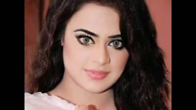 """سٹیج اداکارہ ثوبیہ خان کے ڈرامہ میں پر فارمنس سے پہلے کسی """"نامعلوم""""نے قیمتی ملبوسات کے جوڑے کو کاٹ دیا"""