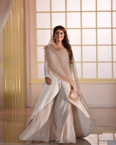 گلوکارہ مومنہ مستحسن نے 'قصیدہ بردہ شریف' نئے انداز میں پیش کر دیا