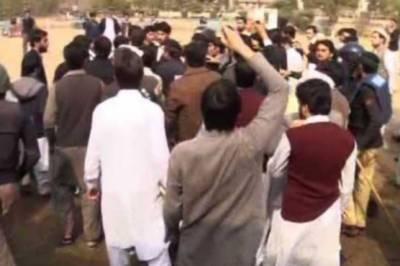 پشاوریونیورسٹی میں میوزک کنسرٹ پردو طلبہ گروپوں میں تصادم،مشتعل طلباء کی ریلی