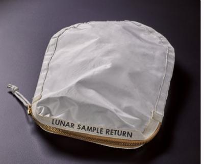 چاند کی دھول سے بھر ا بیگ 4 کروڑ روپے سے زائد میں فروخت ہونے کی توقع