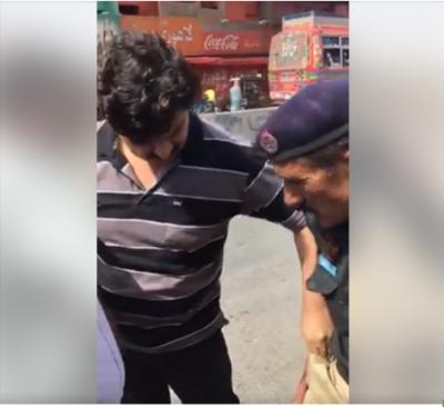 پولیس انسپکٹر رشوت لیتے رنگے ہاتھوں پکڑے جانے کی ویڈیو وائرل ہو گئی