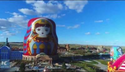 چین میں گڑیا کی شکل سے مشابہہ دنیا کی سب سے بڑی عمارت لوگوں کی توجہ کا مرکز