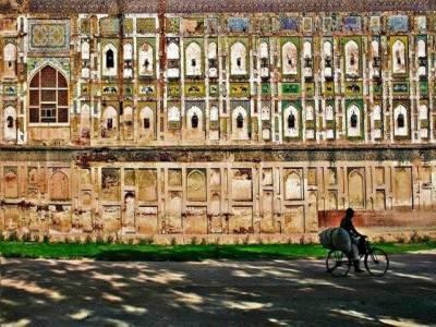 لاہور قلعے میں دنیا کی سب سے بڑی تصویری دیوار کی بحالی کا کام زوروں شوروں سے جاری