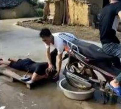 موٹر سائیکل سے بال دھونے اور سکھانے کی ویڈیو وائرل ہوگئی