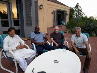 عمران خان کی دو نامور سابق کرکٹرز کیساتھ گزشتہ روز افطاری