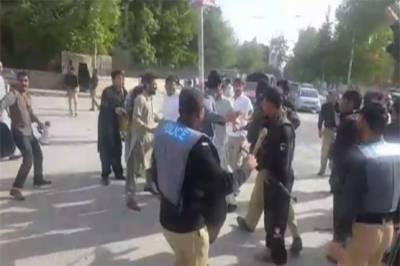 حیات آباد میڈیکل کمپلیکس میں ہرٹال کرنے والے ینگ ڈاکٹرز پر پولیس کا لاٹھی چارج