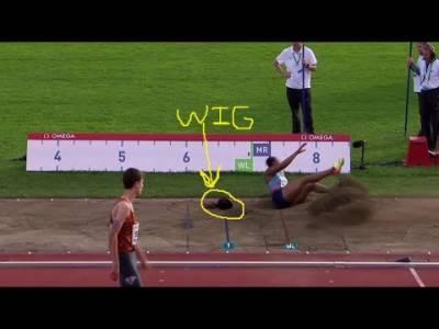 لانگ جمپ مقابلے میں خاتون کھلاڑی کی وِگ اتر گئی