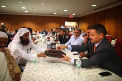 نیویارک میں مسلمان پولیس اہلکاروں کی جانب سے افطاری کااہتمام