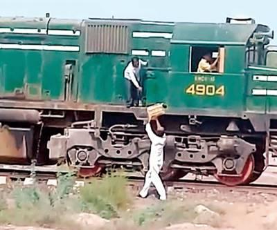 آم کی پیٹی کیلئے ڈرائیور نے ٹرین ہی روک لی