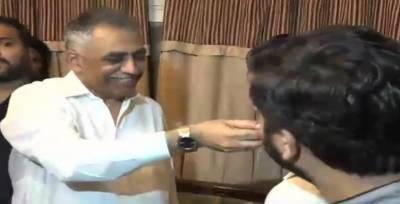 گورنر سندھ محمد زبیر کی کپتان سرفراز احمد کے گھر آمد ، بھائیوں سے ملاقات