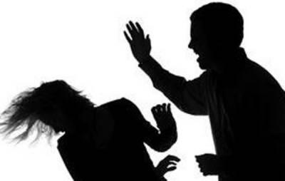 نشئی شوہر کا بیوی پر بہیمانہ تشدد ، چھریوں کے وار ، سر کے بال بھی کاٹ دیئے