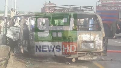 ملتان: مسافر وین میں آگ لگنے سے 6 افراد جھلس کر جاں بحق
