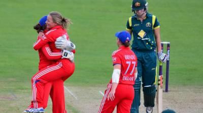 انگلینڈ ویمنز ٹیم نے سنسنی خیز مقابلے کے بعد آسٹریلوی ٹیم کو 3 رنز سے شکست دیدی