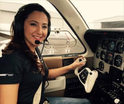 چھوٹے طیارے پر دنیا کا چکر لگانے والی کم عمر خاتون
