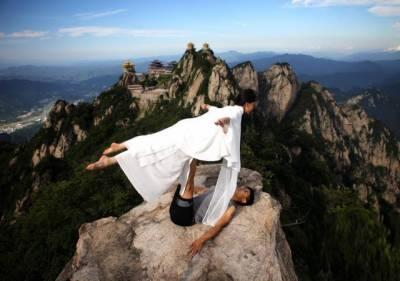چینی خاتون نے خطرناک چٹان پر یوگا کر کے سب کو حیران کر دیا