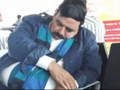 عوامی مسلم لیگ کے سربراہ شیخ رشید احمد پاناما کیس کی سماعت کے دوران سوتے رہے