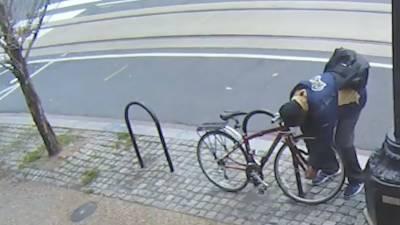 لندن، سائیکل کی خاتون مالک نے چور کو چکمہ دے کر سائیکل واپس لے لی