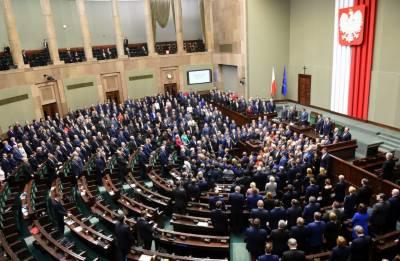 پولینڈ میں سپریم کورٹ کا کنٹرول سیاستدانوں کو دینے کا نیا متنازعہ قانون منظور