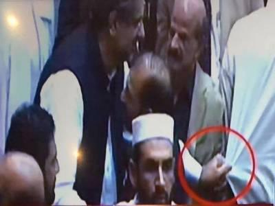شاہ محمود قریشی نے نئے وزیر اعظم سے مصافحہ کرنے سے انکار کر دیا