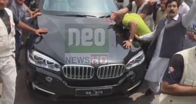 لاہور روانگی کے وقت نواز شریف کی گاڑی کو لیگی کارکنان چومتے رہے