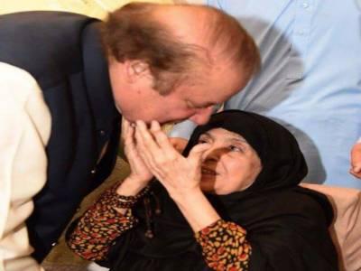 نواز شریف کے گھر پہنچنے پر والدہ سے ملنے کی ویڈیو وائرل ہو گئی