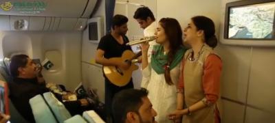 مومنہ مستحسن کی پہلی بار پی آئی اے کے طیارے میں لائیو پرفارمنس کی ویڈیو وائرل ہو گئی ۔۔مسافر خوشی سے جھوم اٹھے