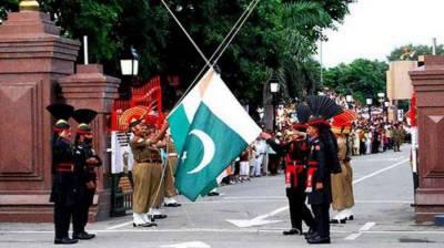 واہگہ بارڈر پر پرچم اتارنے کی پر وقار تقریب، مکی آرتھر سمیت غیر ملکی شخصیات کی شرکت