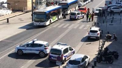 فرانس : مارسیلی میں کار کو دو بس شیلٹروں سے ٹکرا دیا گیا