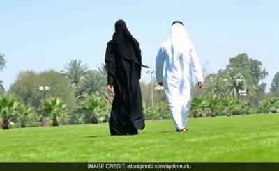 سعودی شہری نے خود سے آگے چلنے پر اپنی بیوی کو طلاق دیدی