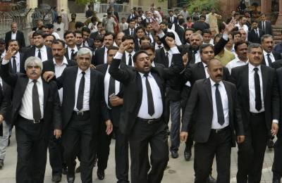 ملتان بار کے صدر کی گرفتاری کے حکم کیخلاف وکلاء کی ملک گیر ہڑتال جاری