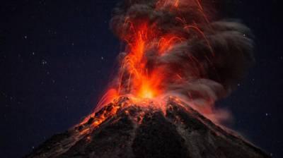 والدین بچے کو بچاتے آتش فشاں میں گر پڑے، پھر کیا ہوا ؟ پڑھیں اس خبرمیں