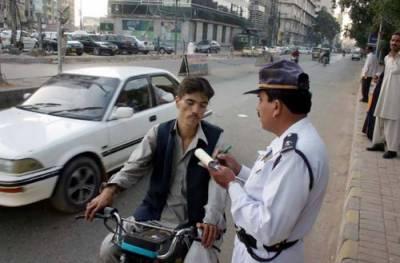 ہیلمٹ نہ پہنے پر ٹریفک پولیس نے 7 لاکھ روپے کے چالان کر دیئے