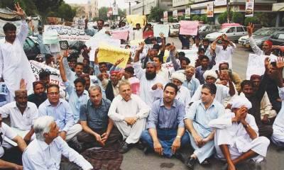 تنخواہیں نہ ملنے پر اساتذہ اور برطرف پولیس اہلکاروں کا احتجاج