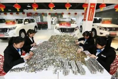 چینی شہری کار خریدنے کے لیے سکوں سے بھرے دس بیگ لے آیا