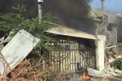 کراچی شارع فیصل پر کاسمیٹکس فیکٹری میں دھماکا، ایک شخص جاں بحق