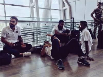 بھارتی کرکٹ ٹیم کے سابق کپتان دھونی ایئرپورٹ کے فرش پر سو گئے