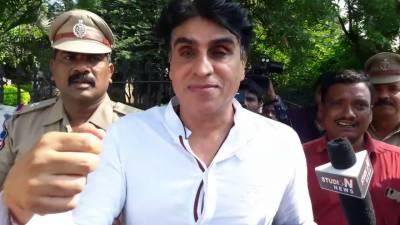 شاہ رخ خان کی فلموں کے پروڈیوسر کو گرفتار کر لیا گیا