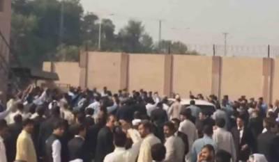 نواز شریف کی احتساب عدالت میں پیشی، نیو نیوز کے رپورٹر سعد الطاف پر تشدد