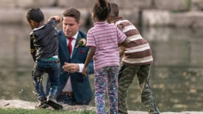 شادی کی تصاویر کھنچوانے والے دولہا نے دریا میں کود کر بچے کی جان بچالی
