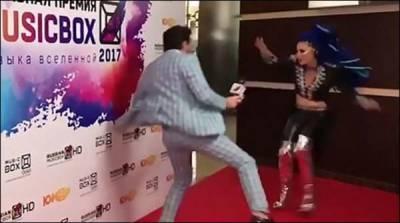 روس'لباس پر تنقید کرنے پر گلوکارہ نے سابقہ بوائے فرینڈ کو پھینٹی لگا دی