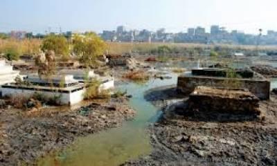 کراچی کے علاقہ سچل گوٹھ کے قبرستان میں سیوریج کا گندا پانی جمع
