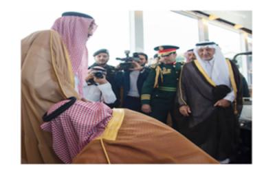 سعودی شاہ سلمان کی قدم بوسی کرنے والا کون ؟