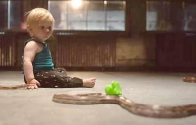 بچے خطرناک سانپوں کو بھی کھلونا سمجھتے ہیں،ماہرین