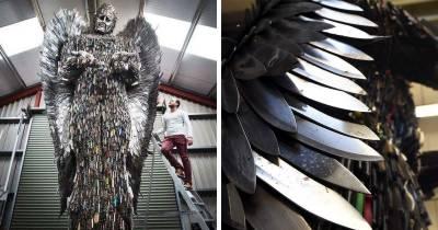 برطانوی شہری نے 100,000 چھریوں اور چاقوؤں سے26فٹ اونچا مجسمہ بنا دیا